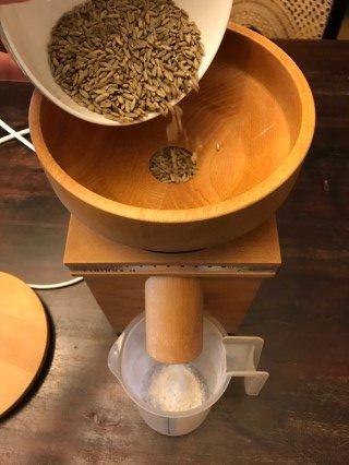 Getreide selbst mahlen - mit spezieller Getreidemühle